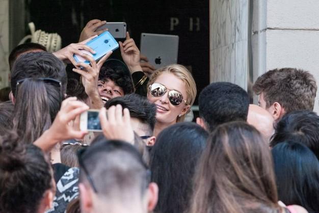 paris-hilton selfie milano_1