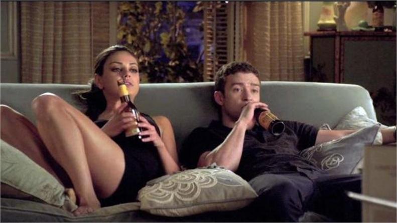 Il film da vedere stasera 10 maggio amici di letto super guida tv - Coppia di amatori che scopano sul divano ...