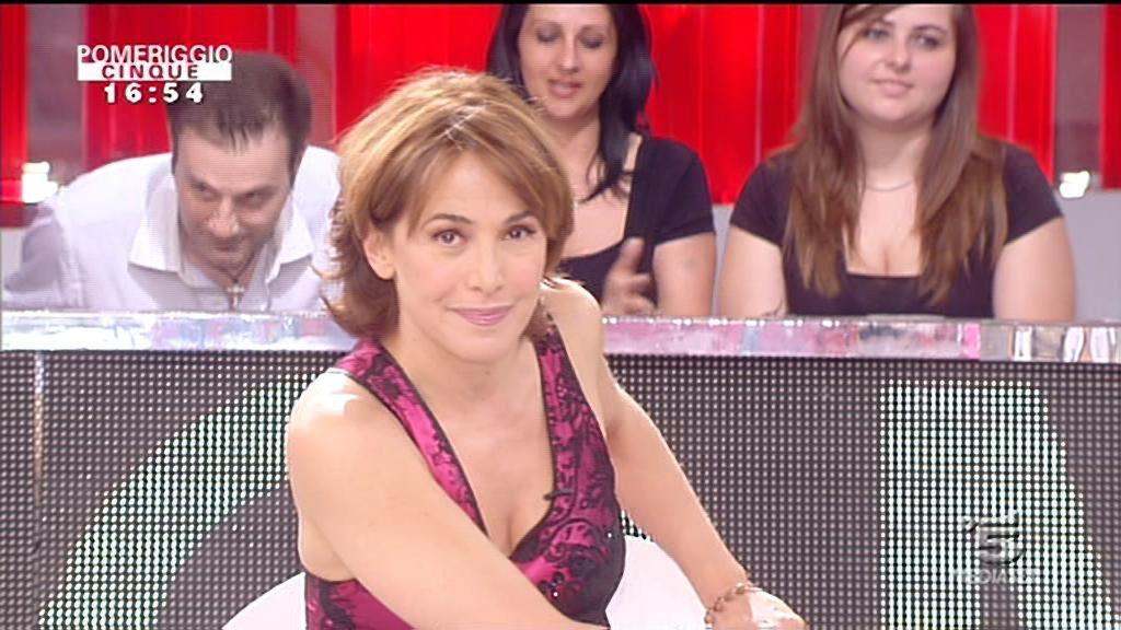 Pomeriggio 5 Barbara d'Urso smentisce Striscia la Notizia: n