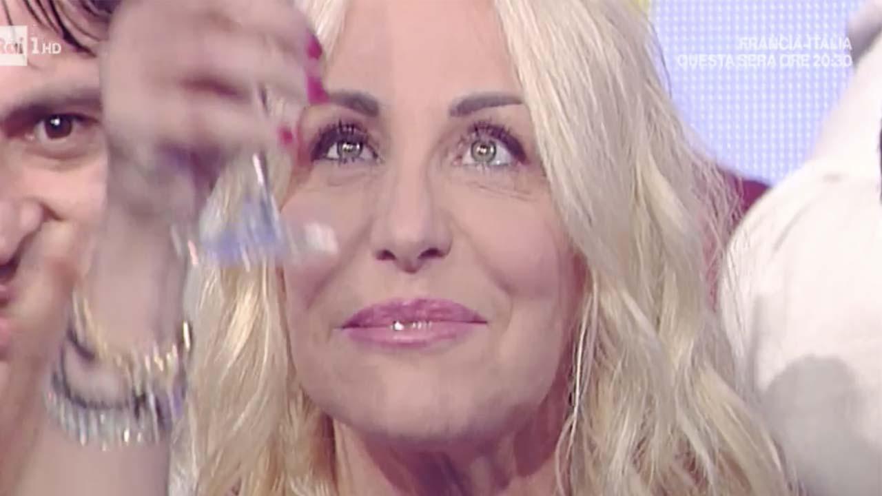 Antonella Clerici se ne va in lacrime. Al suo posto Elisa Isoardi