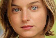 L'attrice Emma Corrin