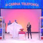Sabrina Ferilli in cabina telefonica ad Amici 2019 Serale
