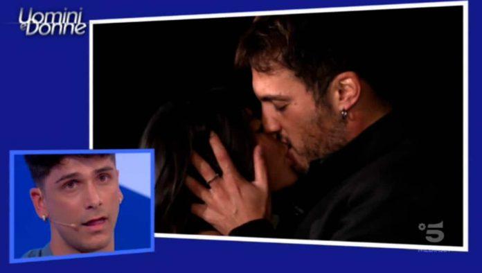 Giulia Cavaglià e il corteggiatore Giulio Raselli si baciano nell'esterna in onda a Uomini e donne venerdì 10 maggio 2019