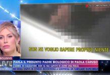 Paola Caruso ascolta le parole del presunto padre biologico a Live - Non è la D'Urso