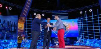 La stretta di mano tra il campione di Caduta Libera Nicolò e Lino Banfi