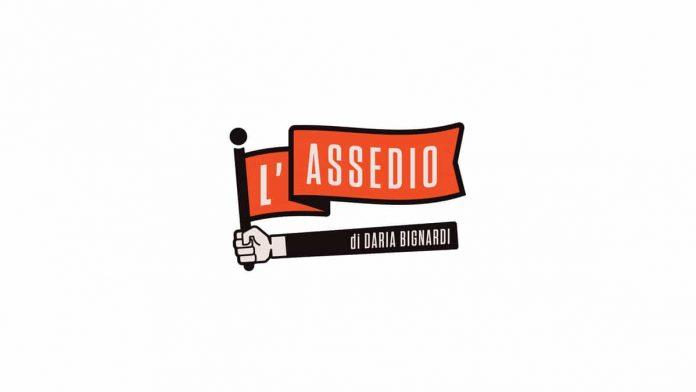 Il logo de L'Assedio, il nuovo programma di Nove condotto da Daria Bignardi