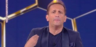 Uccio De Santis racconta la barzelletta del venditore balbuziente nella puntata de La sai l'ultima? di venerdì 12 luglio 2019