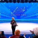 Maria De Filippi apre la prima puntata di Amici Celebrities e consegna un mazzo di fiori ad Ornella Vanoni
