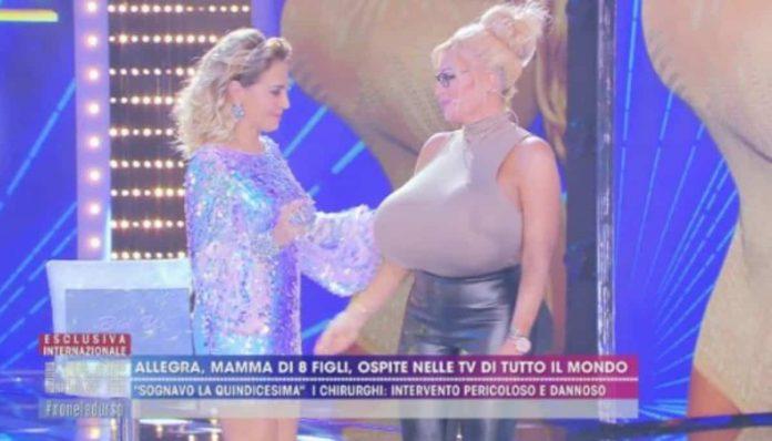 Allegra Cole mostra il seno a Live - Non è la D'Urso