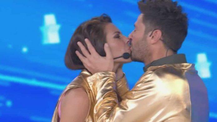 Il bacio di Pamela Camassa e Filippo Bisciglia ad Amici Celebrities