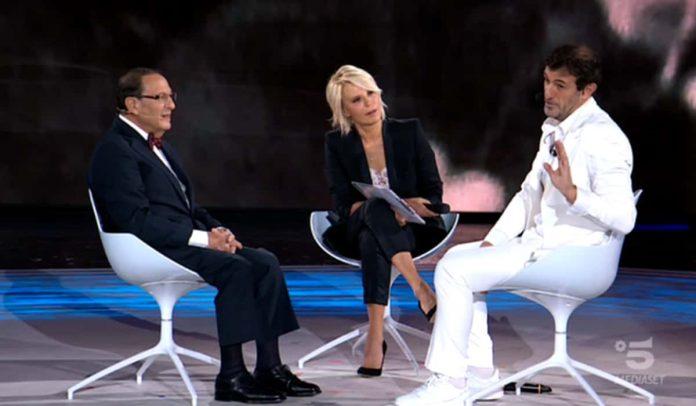 Ciro Ferrara e il padre con Maria De Filippi ad Amici Celebrities
