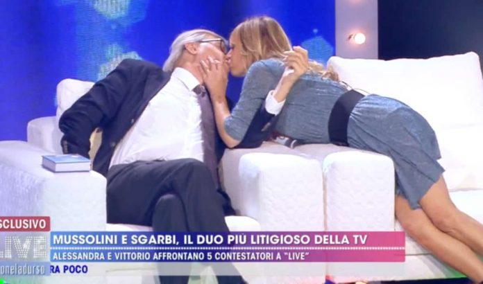 Vittorio Sgarbi e Alessandra Mussolini si baciano a Live - Non è la D'Urso