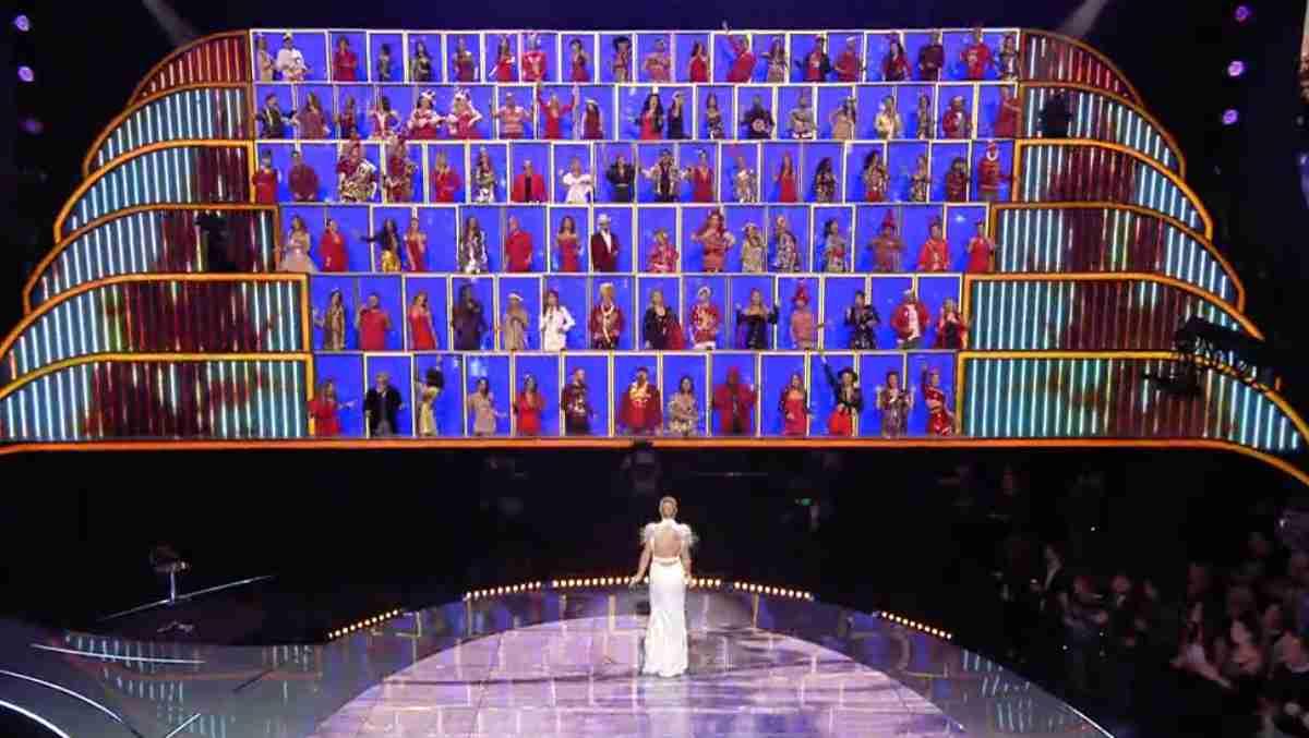 Michelle Hunziker davanti al Muro di All together now 2