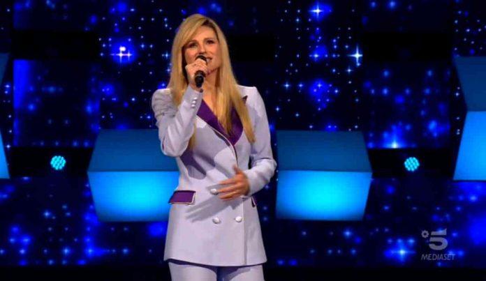 Michelle Hunziker apre la seconda puntata di All together now cantando i Beatles