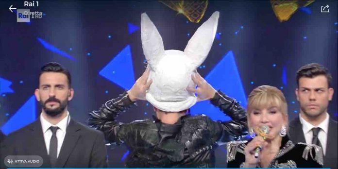 Il cantante mascherato, il coniglio è Teo Mammucari