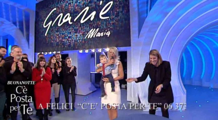 Maria De Filippi prende in braccio un bambino a C'è posta per te 2020