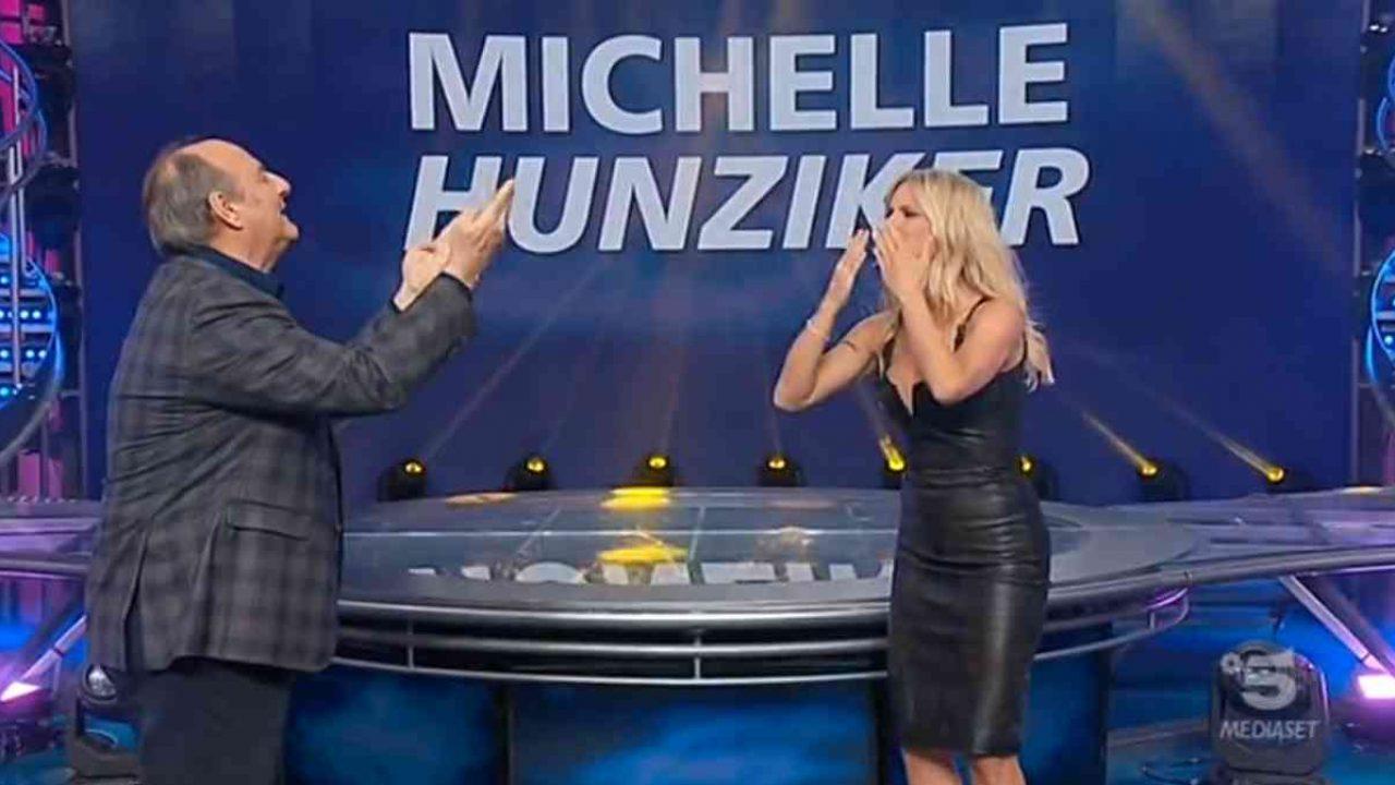 Michelle Hunziker ritorna a Striscia la Notizia: look