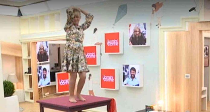 Gemma balla sul tavolo a Uomini e donne