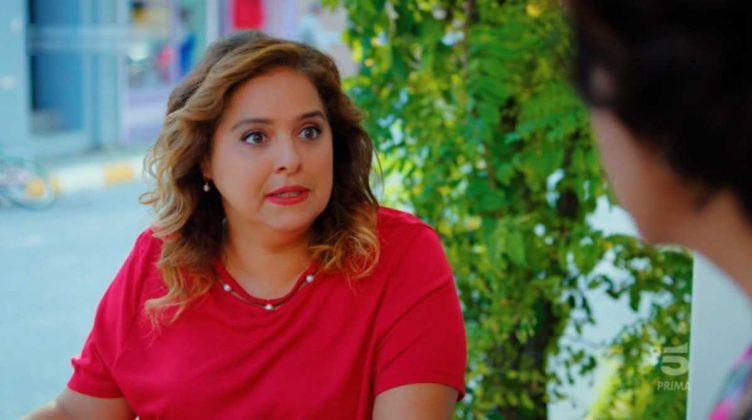 L'attrice Feri Baycu Guler è Melahat, la vicina di casa che spia tutti