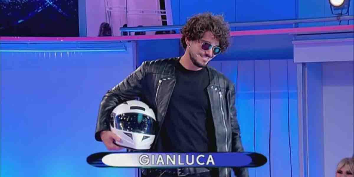 La sfilata dei tronisti Davide e Gianluca a Uomini e Donne   Video ...